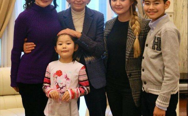 Супруге и дочери Мухтара Аблязова разрешили  выехать из Казахстана