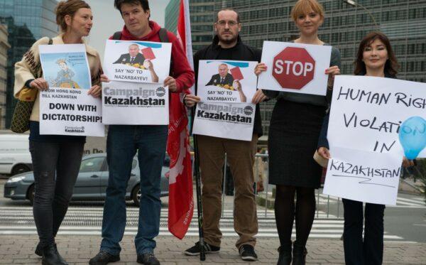 Манифестация против нарушения прав человека в Казахстане по случаю визита президента Назарбаева в Брюссель
