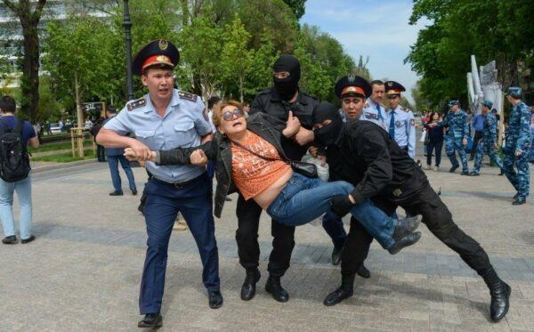 Казахстан: Жесткие массовые задержания протестующих во время визита делегации Европарламента