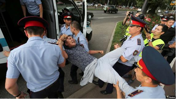 06.07.2019. Задержание мужчины в Алматы. Фото: Reuters.