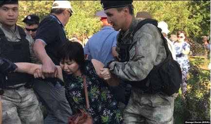 06.07.2019. Задержание женщины в Актобе. Фото: Радио Азаттык.