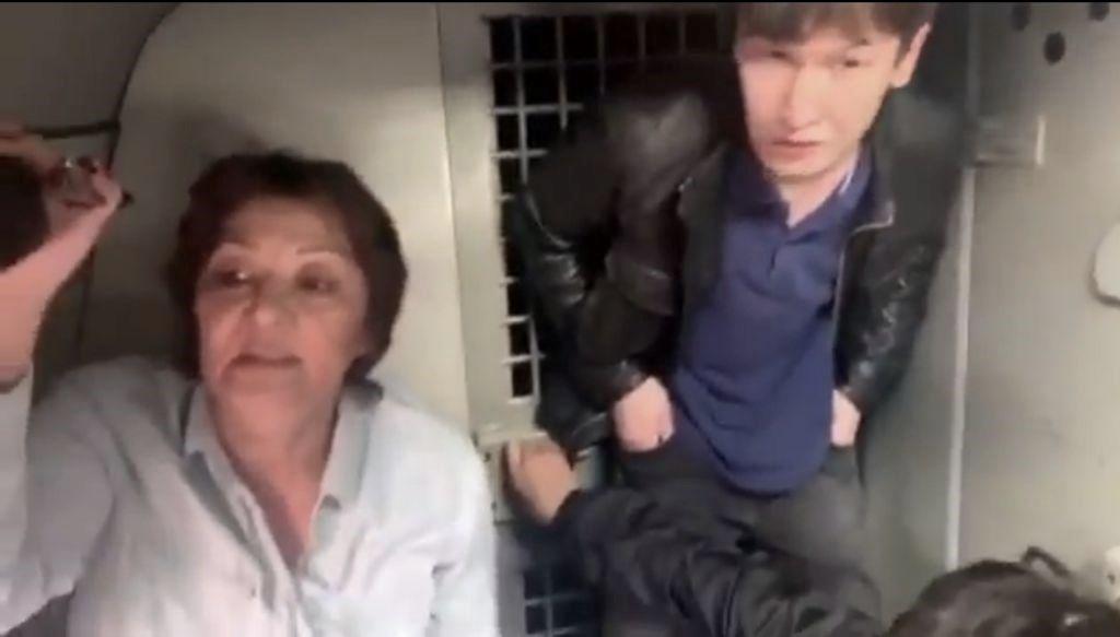 Задержанные в тесном автозаке. Алматы. Фото: группа в Facebook #IHaveAChoiсe #ActivistsNotExtremists