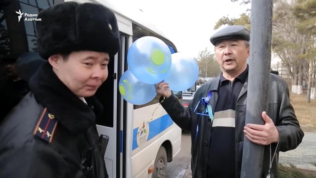В Астане людей, гуляющих с синими шариками, садили в полицейские автобусы. Источник: rus.azattyq.org
