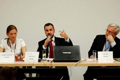 Козловска (l) говорит, что PiS атакует ее из-за деятельности ее мужа (Фото: UNDP). Источник: euobserver.com